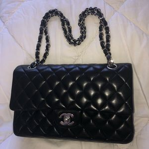 CHANEL med double flap black quilted lambskin bag